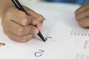 Kind lernt Schreiben